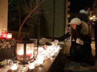 Под посольство Франции в Украине киевляне ночью несли цветы